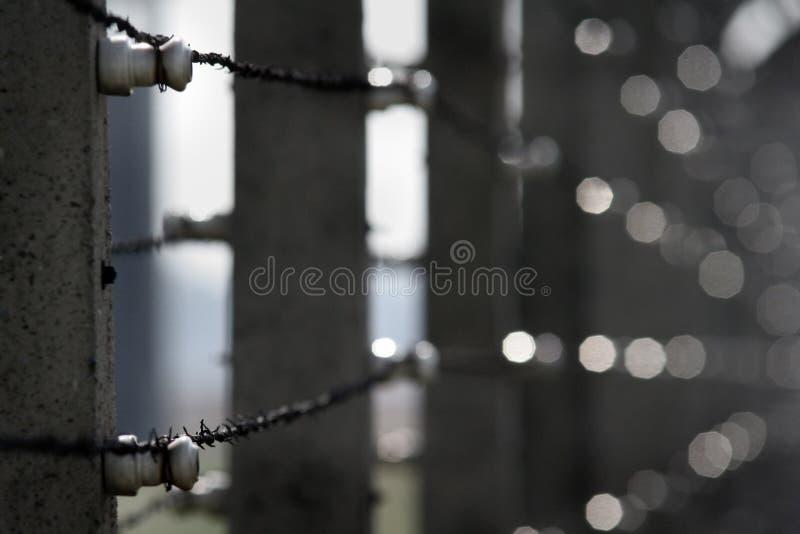 Stachelbeton um Gefängnis lizenzfreie stockfotografie