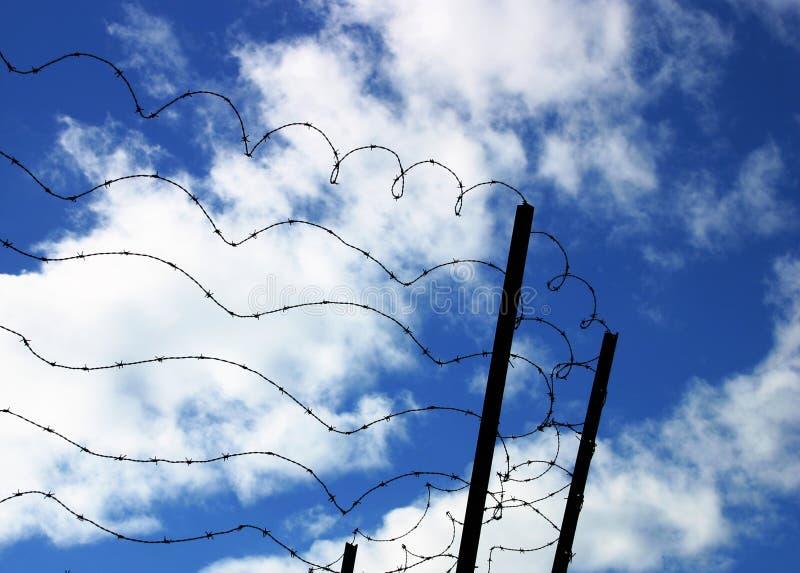 Stacheldraht auf blauem Himmel stockbild