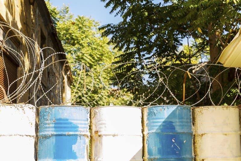 Stacheldraht auf Fässern, Grenze stockbilder