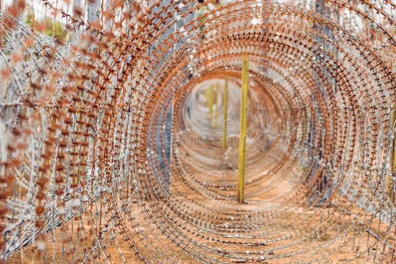 Stacheldraht, ein Zaun im Gefängnis Gefängniskonzept lizenzfreie stockbilder