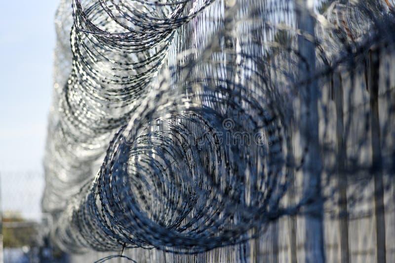 Stacheldraht im Gefängnis, schützende Gefangene vom Entgehen stockfoto