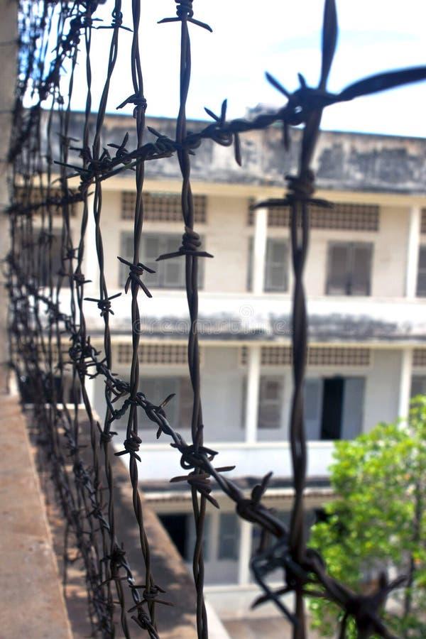 Stacheldraht in Tuol Sleng stockfotografie