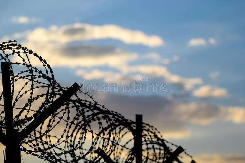 Stacheldrahtzaun auf der europ?ischen Grenze stockbild