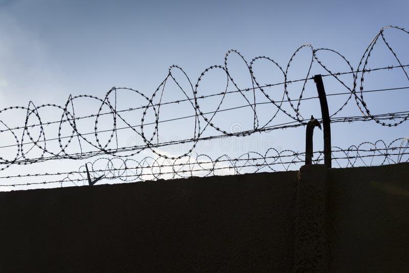 Stacheldrahtzaun Um Blauen Himmel Der Gefängnismauern Stockfoto ...