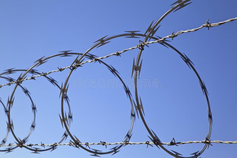 Stachelziehharmonika-Draht auf Zaun, Art der Sicherheitsleistung stockfotos