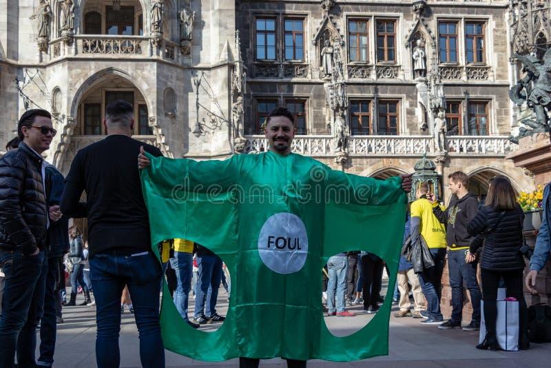 STACHUS, MUENCHEN, EL 6 DE ABRIL DE 2019: el aficionado al fútbol está llevando una camisa con la forma de una meta del fútbol imágenes de archivo libres de regalías
