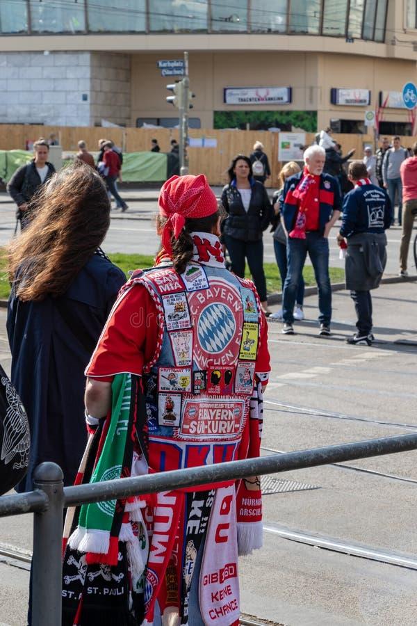 STACHUS, MUENCHEN, EL 6 DE ABRIL DE 2019: fan de Baviera del fc en el camino a una ubicación de visión pública para el FC Bayern  foto de archivo