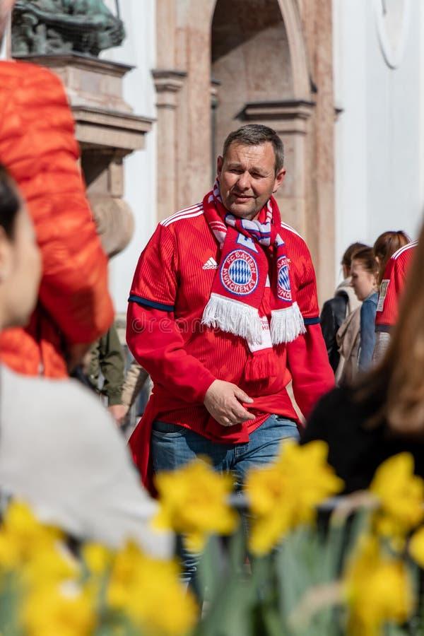 STACHUS, MUENCHEN, EL 6 DE ABRIL DE 2019: fan de Baviera del fc en el camino a una ubicaci?n de visi?n p?blica para el FC Bayern  fotos de archivo