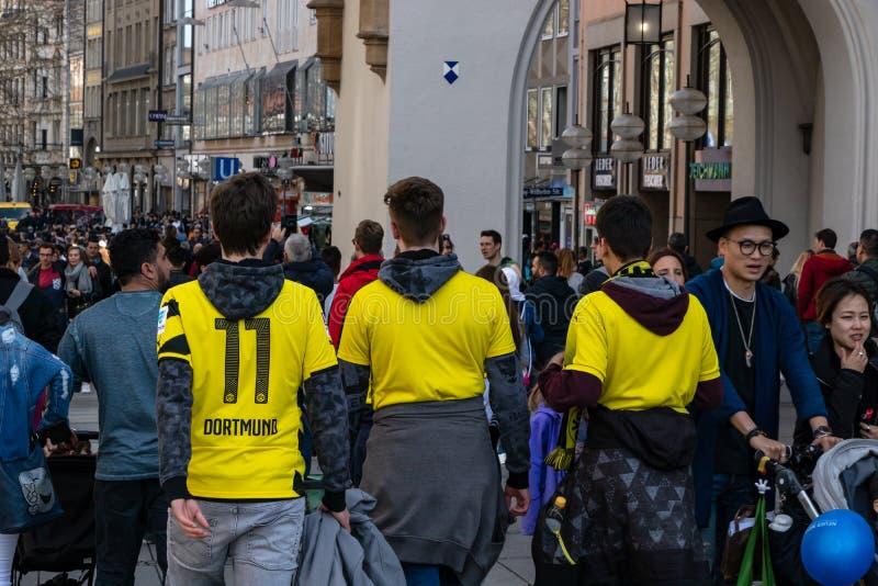 STACHUS, MUENCHEN, EL 6 DE ABRIL DE 2019: fans del bvb en el camino a una ubicación de visión pública para el FC Bayern Munich de fotos de archivo libres de regalías
