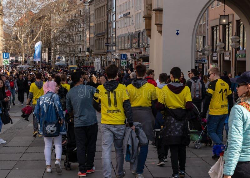 STACHUS, MUENCHEN, EL 6 DE ABRIL DE 2019: fans del bvb en el camino a una ubicaci?n de visi?n p?blica para el FC Bayern Munich de fotos de archivo
