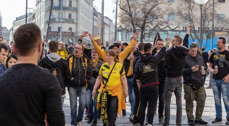 STACHUS, MUENCHEN, EL 6 DE ABRIL DE 2019: fans del bvb en el camino a una ubicaci?n de visi?n p?blica para el FC Bayern Munich de imagen de archivo libre de regalías