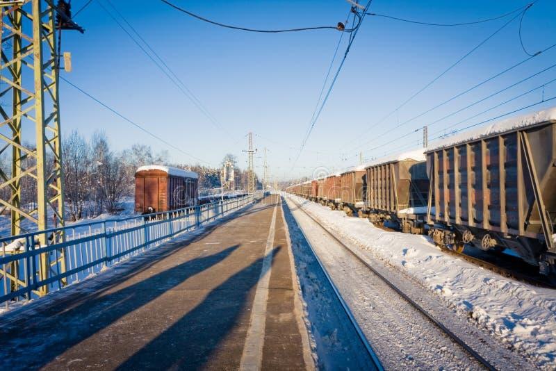 Stacja kolejowa i frachtowi samochody opuszcza nieskończoność w zima sezonie zdjęcia royalty free