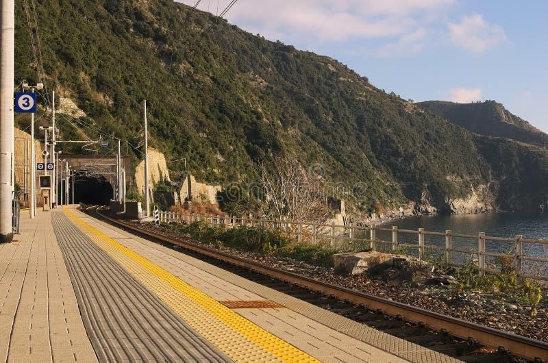 Stacja kolejowa na plaży poręcze są w tunelu Corniglia Th obrazy stock