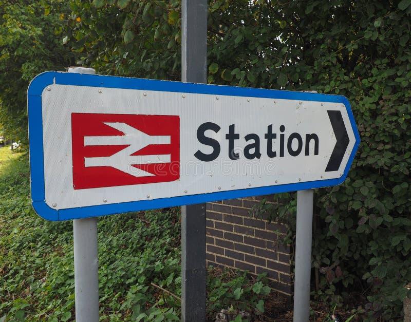 Stacja kolejowa podpisuje wewnątrz Ely zdjęcie stock