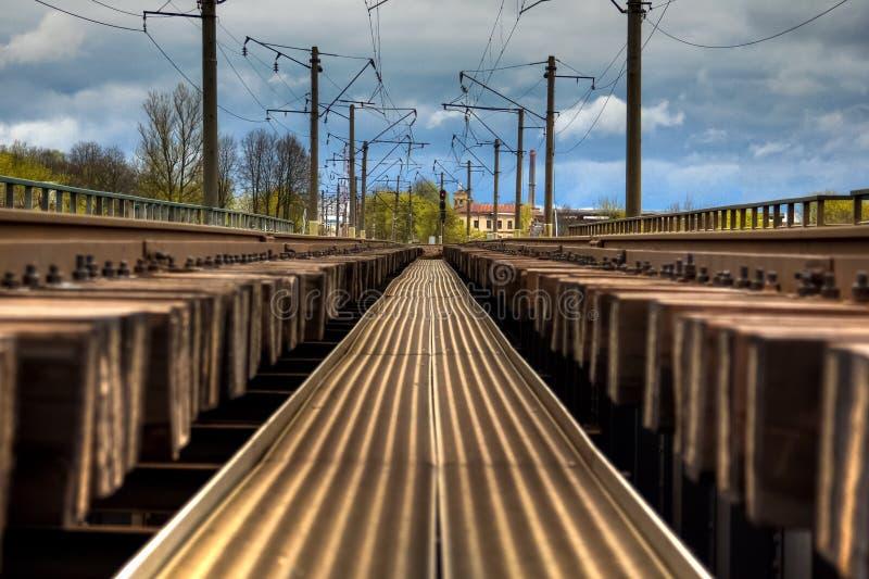 Stacja kolejowa tropi iść w perspektywę Przemysłowy landsc zdjęcia royalty free
