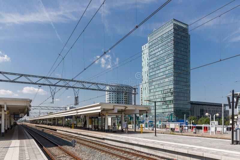 Stacja kolejowa z budynkami biurowymi w Amsterdam holandie zdjęcia royalty free