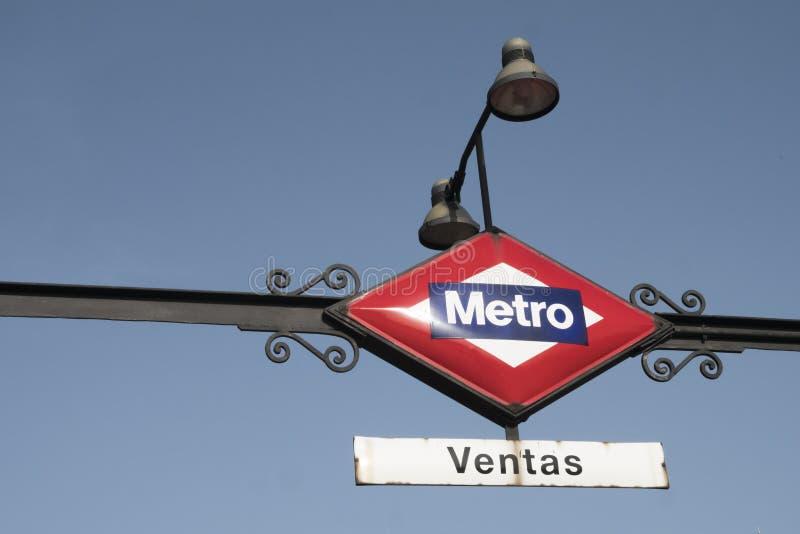Stacja metru wskaźnik podpisuje wewnątrz Madryt obrazy royalty free