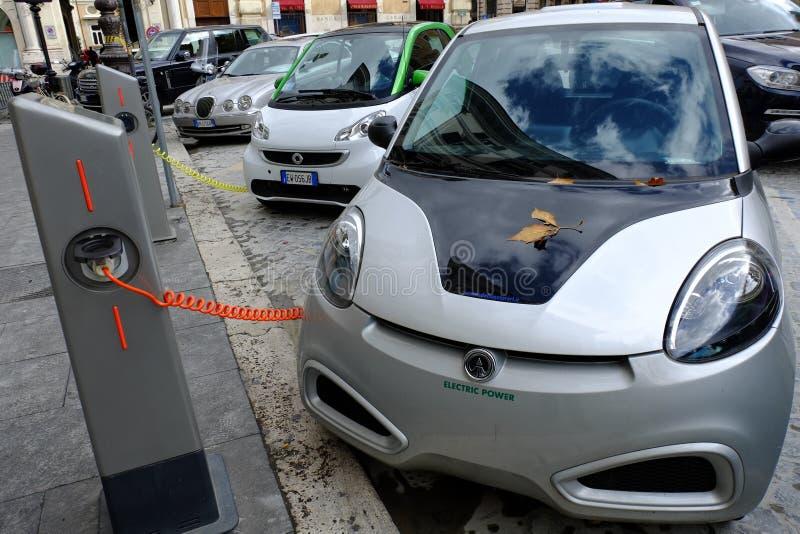 Stacja paliwowa dla elektrycznych samochodów obraz royalty free