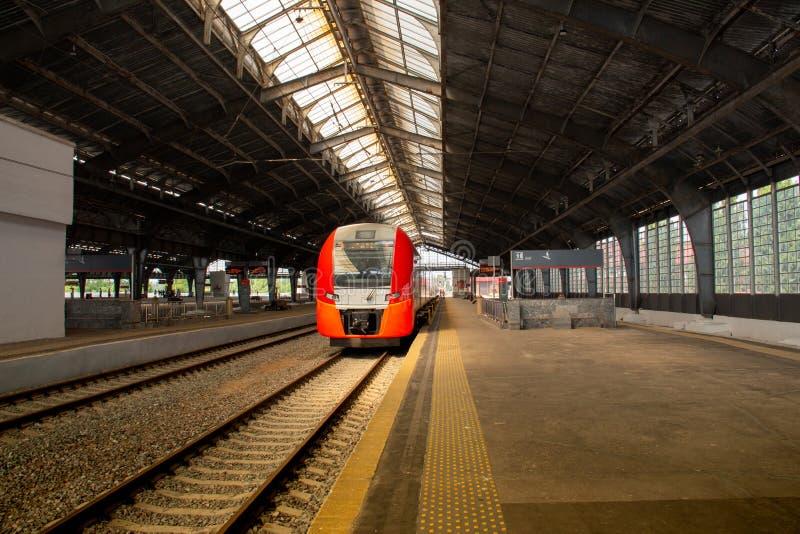 Stacji kolejowej platforma bez pasażerów zdjęcia royalty free
