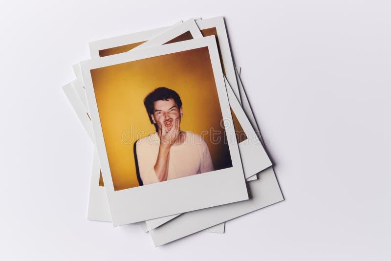 Stack Di Fotografie Di Film Istantanei Provenienti Da Modelli Di Casting In Studio Con Riprese Di Giovani In Alto immagine stock libera da diritti