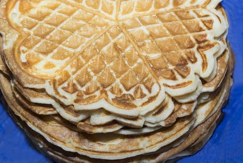 Stack di pancake cotti in ghisa di waffé Cibo in occasione della festa nazionale della Maslenitsa Cena pronta per la colazione fotografia stock libera da diritti