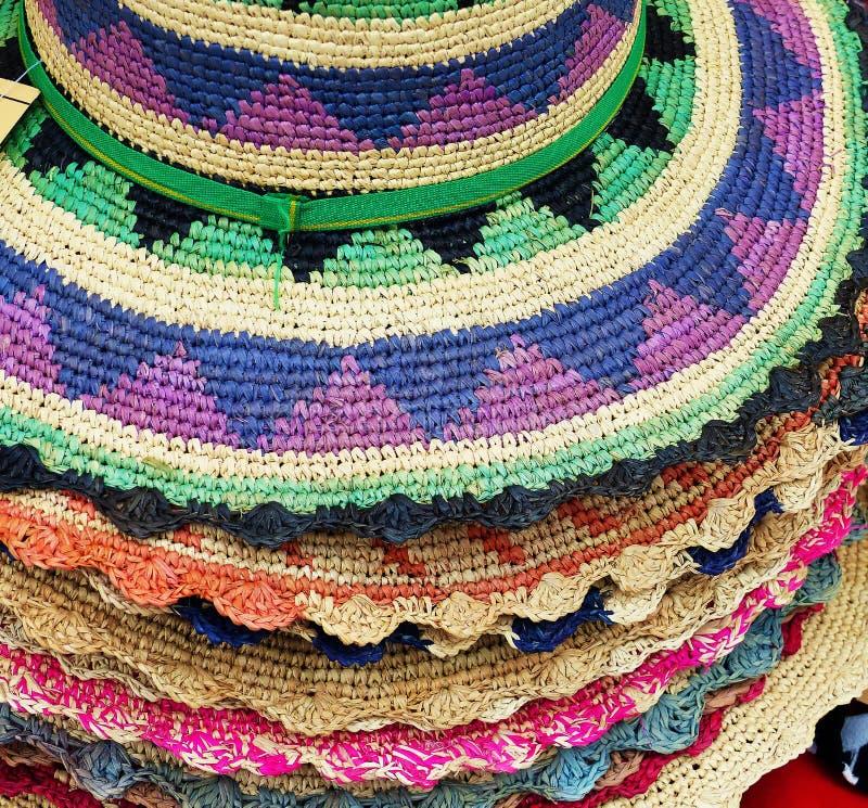 Stack hattar gjorde från toquillasugrör, Ecuador arkivfoto