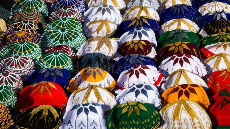 Stack marockanska hattar på till salu skärm royaltyfria foton