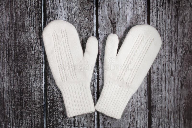Stack woolen vita tumvanten på en lantlig träbakgrund arkivfoton