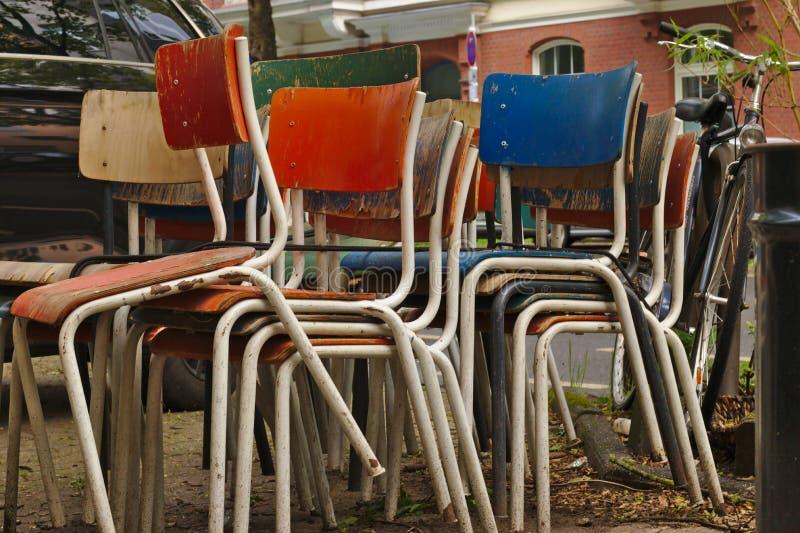 Stackes покрасило стулья стоковое изображение rf