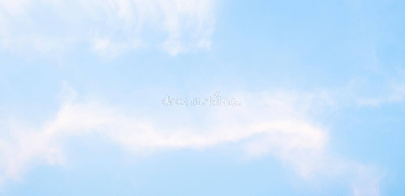 Stackmolnet av moln och blå himmel gör sammandrag naturlig bakgrund royaltyfri foto