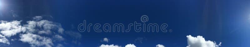 Stackmolnmoln är lite varstans den stilla blåa himlen royaltyfri foto
