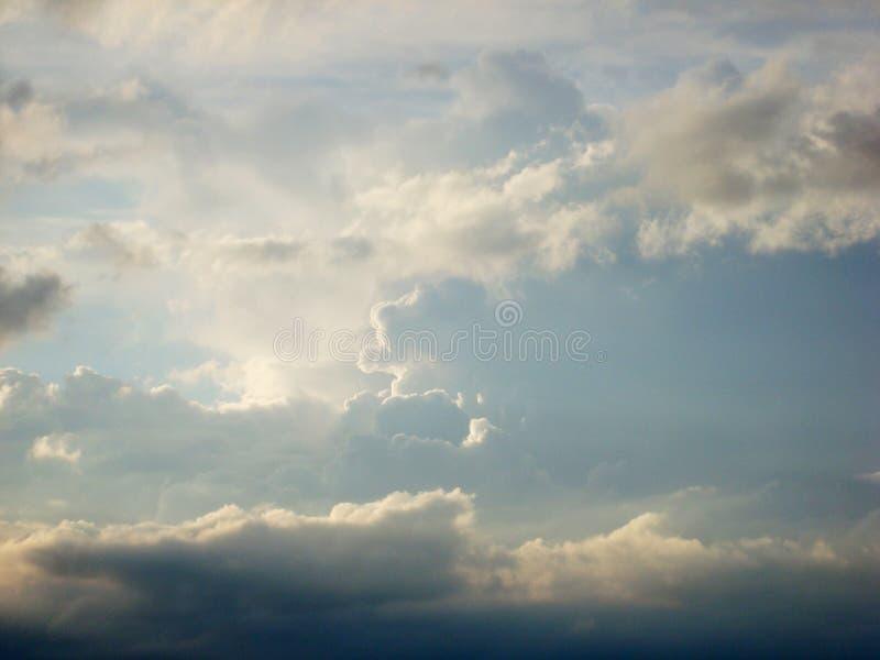 Stackmolnmoln är täta ljusa vita moln med viktig vertikal utveckling under dagen Förbundet med developmenna royaltyfri fotografi