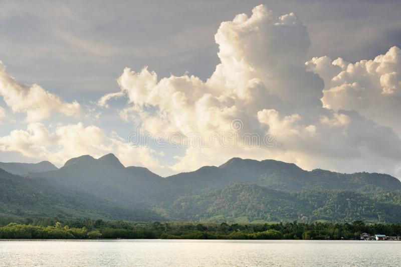 Stackmolnmoln under solnedg?ng ?ver tropiska Koh Chang Island, Thailand royaltyfri fotografi