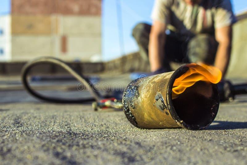 Stacza się dekarstwo instalacji z propanu blowtorch podczas robot budowlany zdjęcie royalty free
