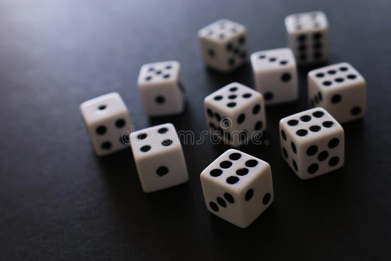 Stacza? si? Dices nad czarnym t?em Kasynowy uprawia hazard poj?cie obraz royalty free