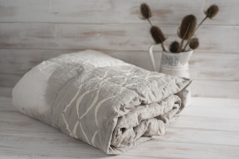 Staczającego się brzmienia Biały i Szary Duvet z oset roślinami zdjęcie royalty free