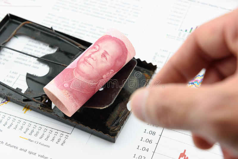 Staczający się w górę ślimacznicy CNY chińczyka 100 Juan rachunek z portretem, wizerunkiem Mao Zedong na czarnego szczura oklepu/ zdjęcie stock