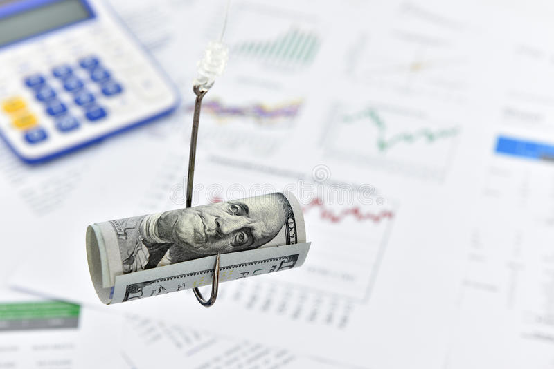 Staczający się w górę ślimacznicy USA 100 dolarowy rachunek na połowu haczyku zdjęcia royalty free