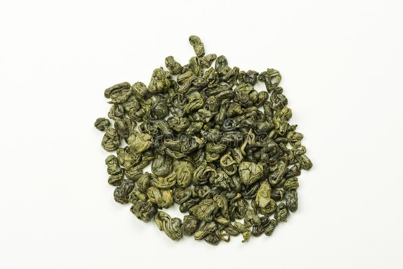Staczający się zielona herbata liście na białym tle zdjęcia royalty free