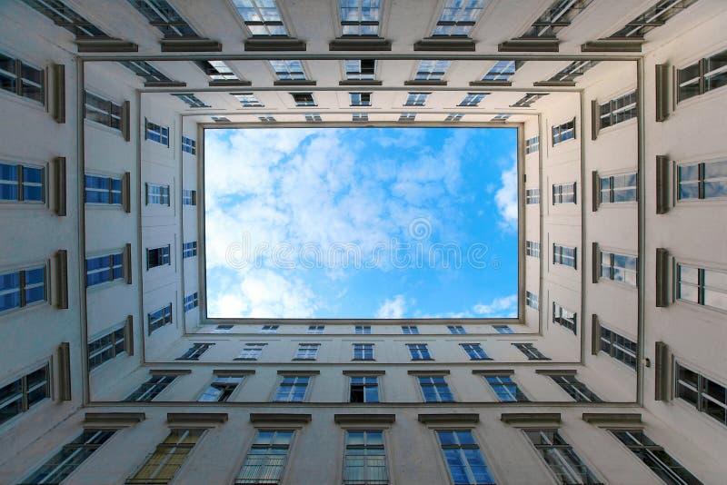 stad över skyen fotografering för bildbyråer