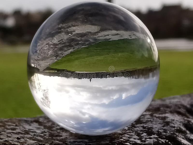 stad annon in een kristallen bol royalty-vrije stock fotografie