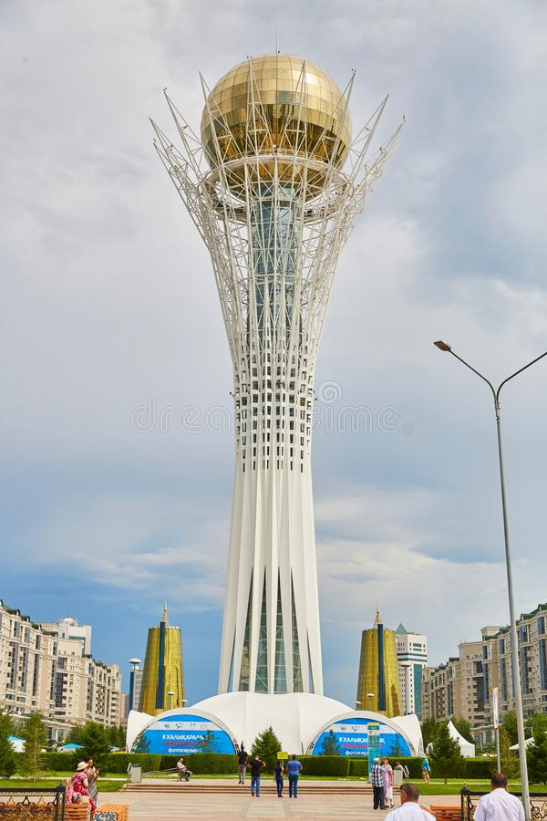 Stad Astana, Kasakhstan - Baiterek, torn som beskådar plattformen arkivbilder