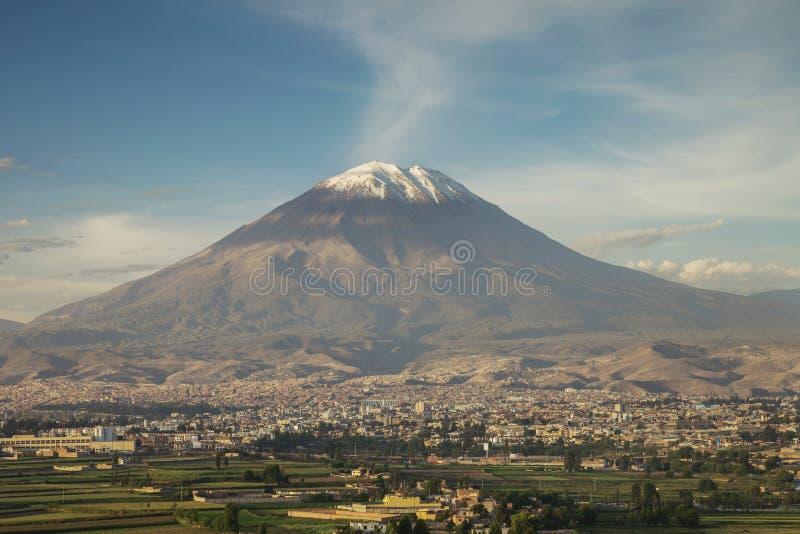 Stad av Arequipa, Peru med dess iconic vulkan Misti royaltyfri foto