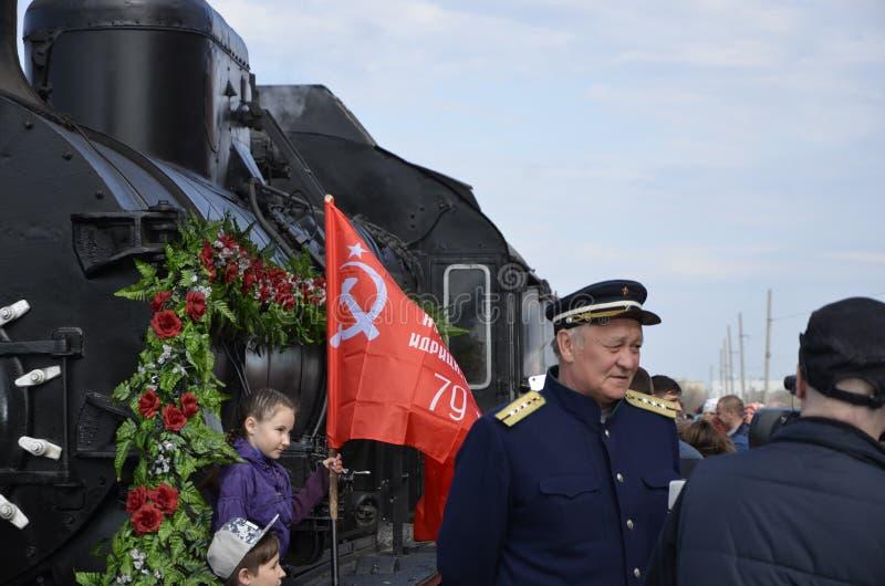 Stad av Balakovo av den Saratov regionen Ryssland Maj 1 2018 Ankomst av `en för echelong för retro drev` den militära till statio arkivfoto