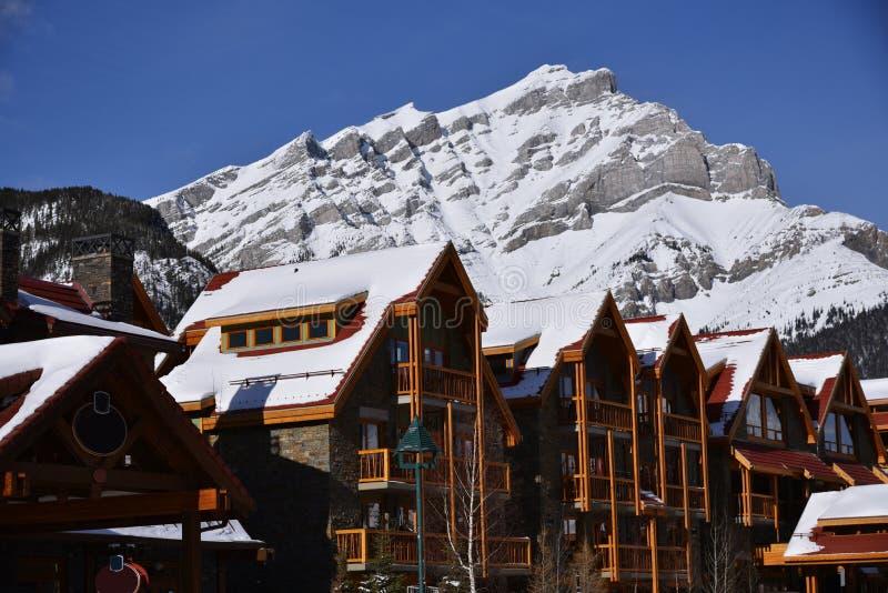 Stad av Banff i den Banff nationalparken med det jätte- berget i bakgrunden Denna är Canada& x27; äldst nationalpark för s royaltyfria foton