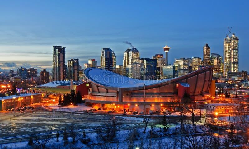 Stad av Calgary horisont på natten i vintern arkivfoto