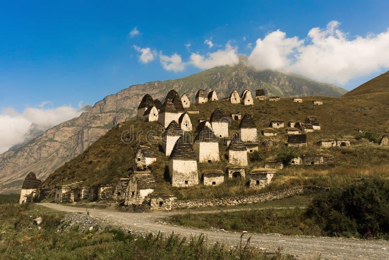 Stad av dödaen: en nekropol nära byn av Dargavs I Caucasus berg arkivfoton