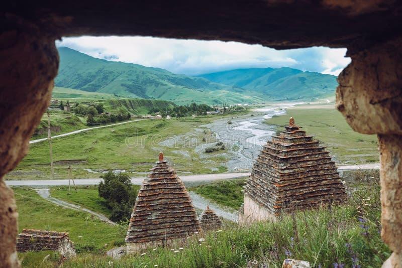 Stad av dödaen i Ossetia Dargavs crypts arkivbilder
