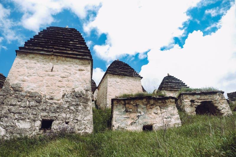 Stad av dödaen i Ossetia Dargavs crypts arkivfoto
