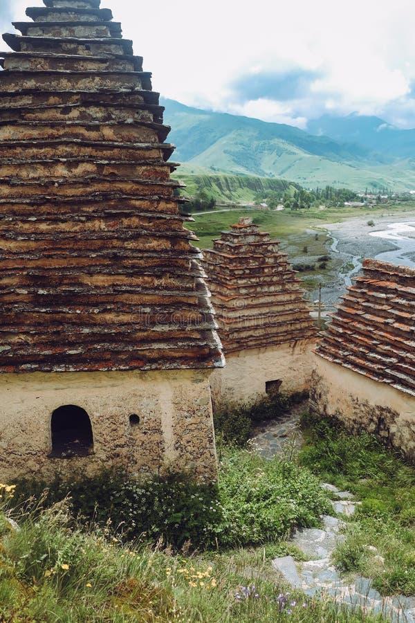 Stad av dödaen i Ossetia Dargavs crypts arkivbild